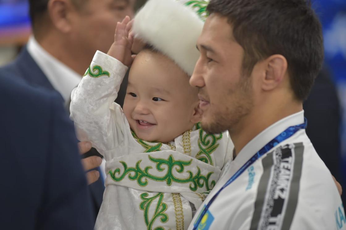 Известный казахстанский борец провел обряд тусаукесер во время чемпионата мира