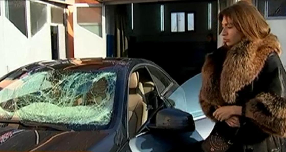 Хорошо, что не на людей: огромная глыба льда рухнула на автомобиль в Алматы