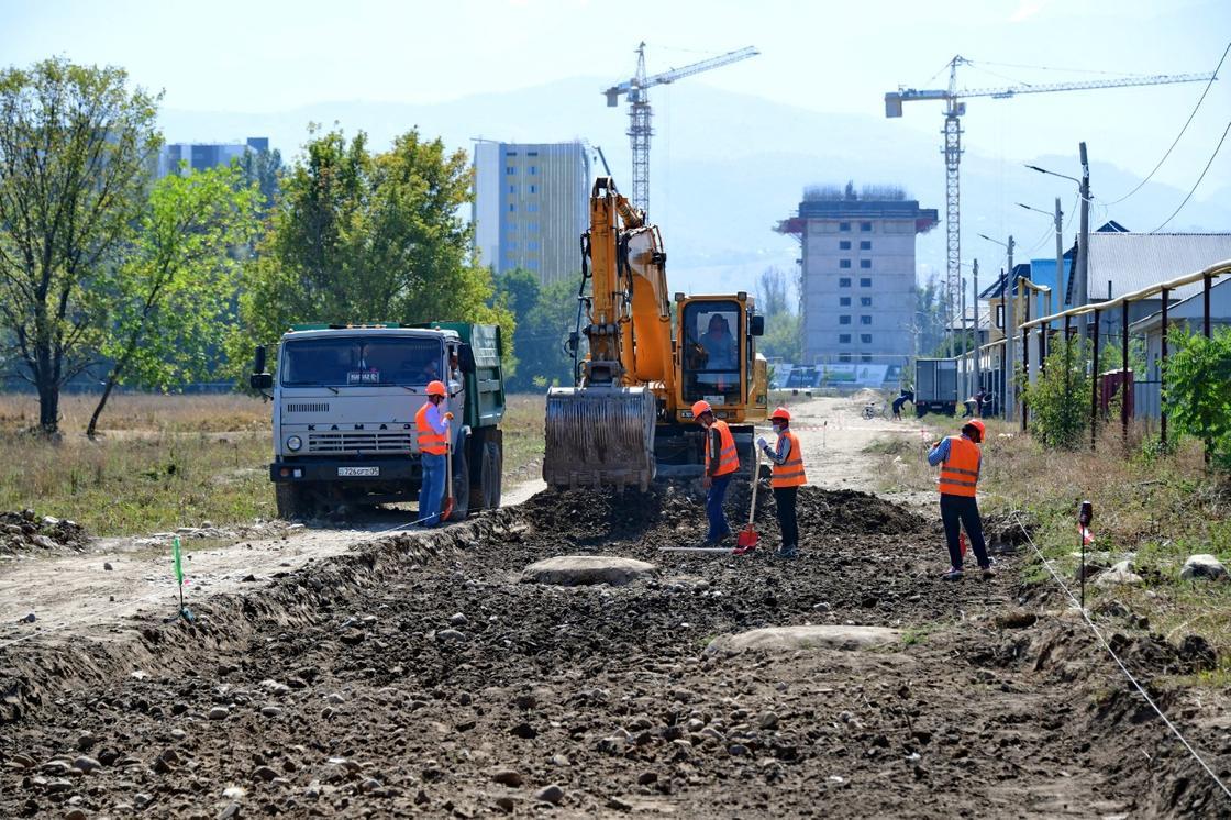 Рабочие прокладывают сеть водоснабжения