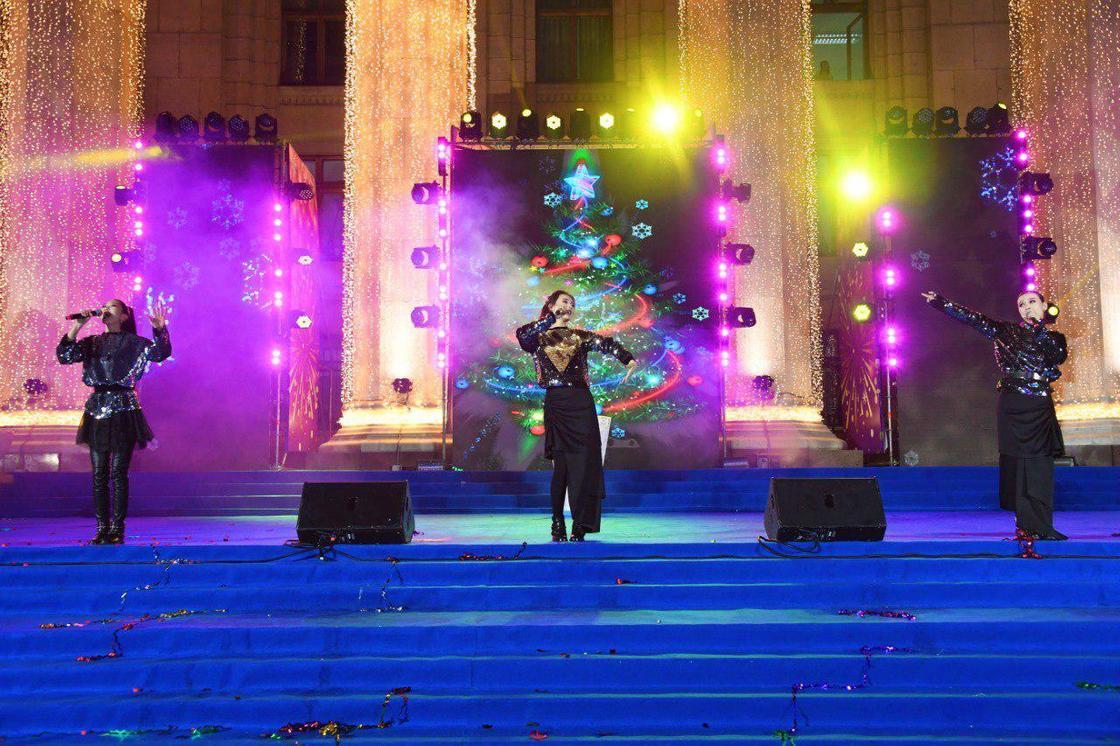 Алматинцы собрались на площади, чтобы посмотреть на 20-метровую елку