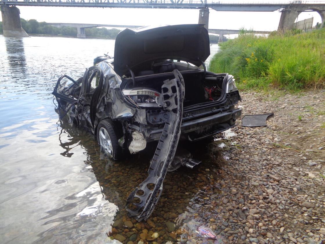 BMW пробил ограждение и упал с моста в реку в Семее: водитель погиб (видео)