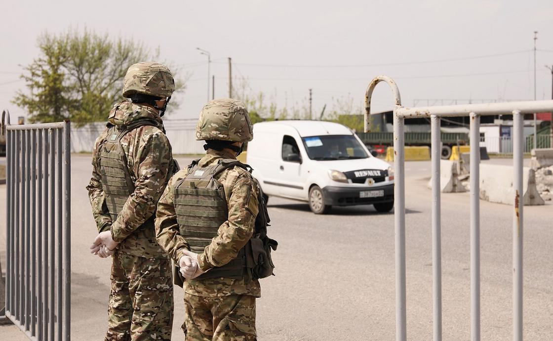 Военные стоят на блок-посту