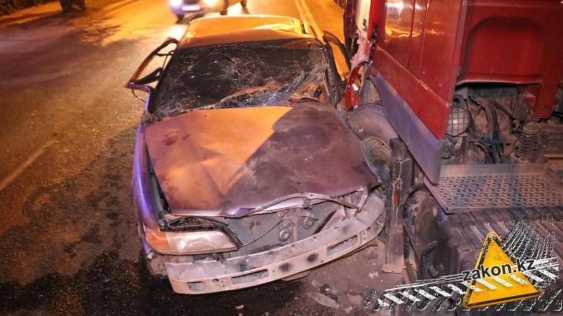 Два грузовика и легковушка столкнулись в Алматы (фото, видео)