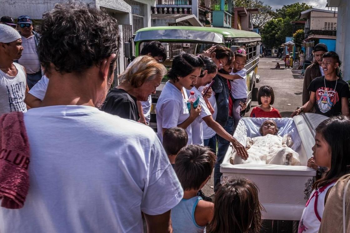 Кладбище, где тысячи семей вынуждены жить среди трупов, а дети играют с останками людей