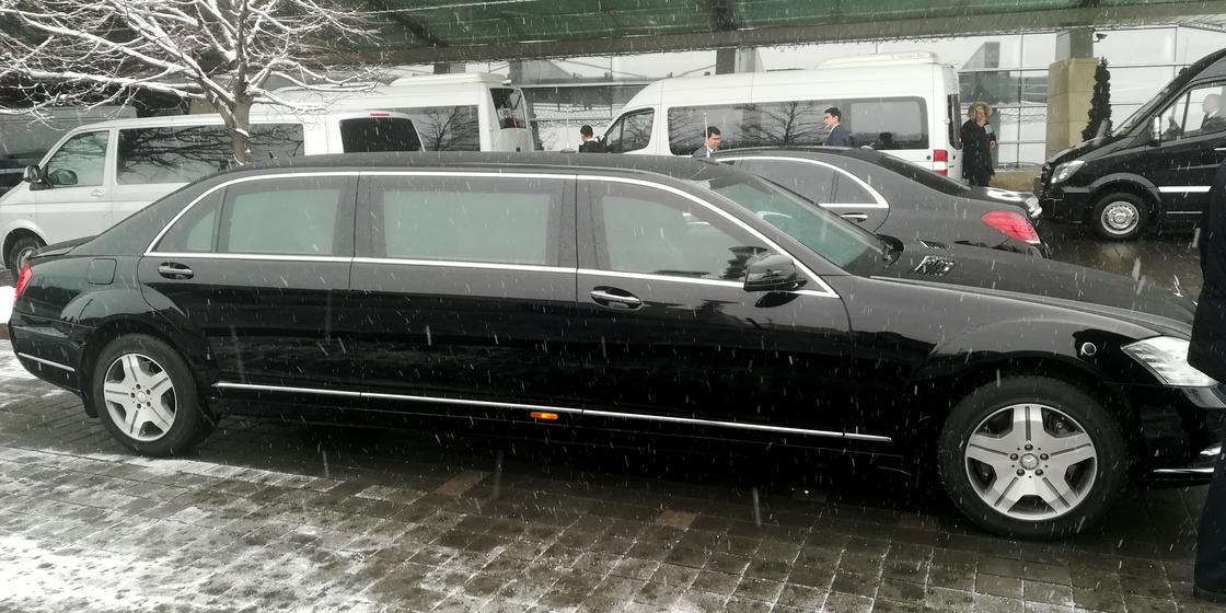 Лимузин, предположительно, для Медведева привезли из России для поездок по Алматы