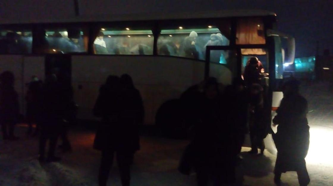 Автобус с 27 детьми выехал на закрытую трассу в Карагандинской области