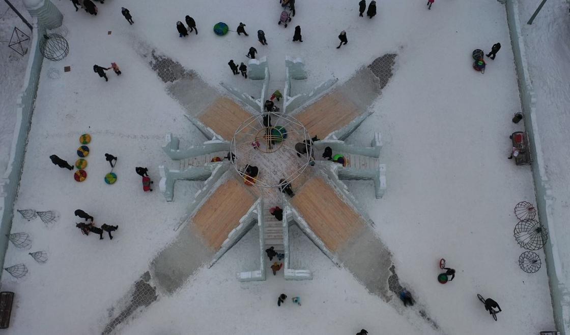 В Петропавловске торжественно зажгли новогоднюю елку