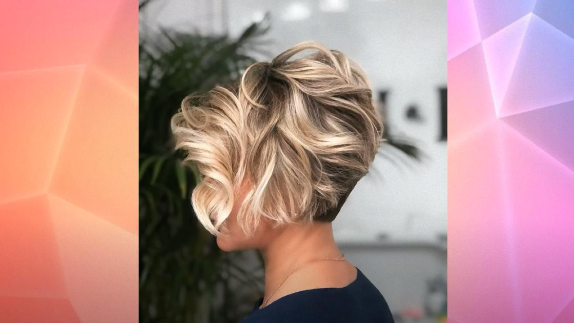 Женщина с короткими вьющимися волосами и выстриженным затылком