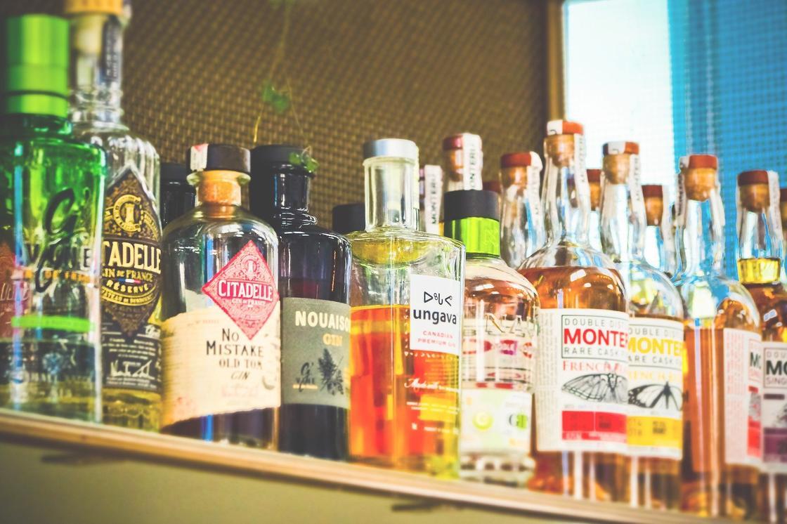 Раскрыт хитрый способ проверить качество алкоголя с помощью зажигалки
