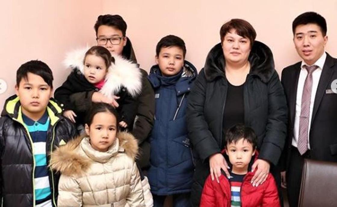 Бизнесмен отказался от дорогого авто и подарил квартиру многодетной семье в Астане