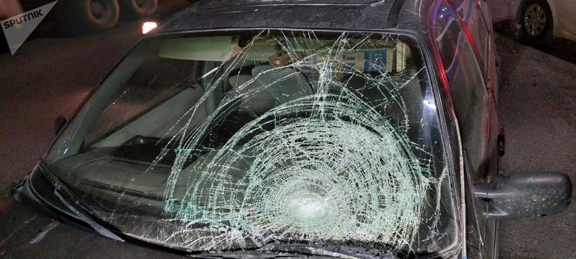 Автомобиль с разбитым стеклом стоит на дороге