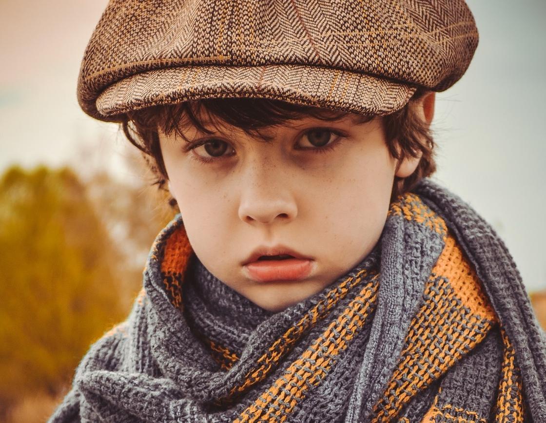 Мальчик в кепке и шарфе