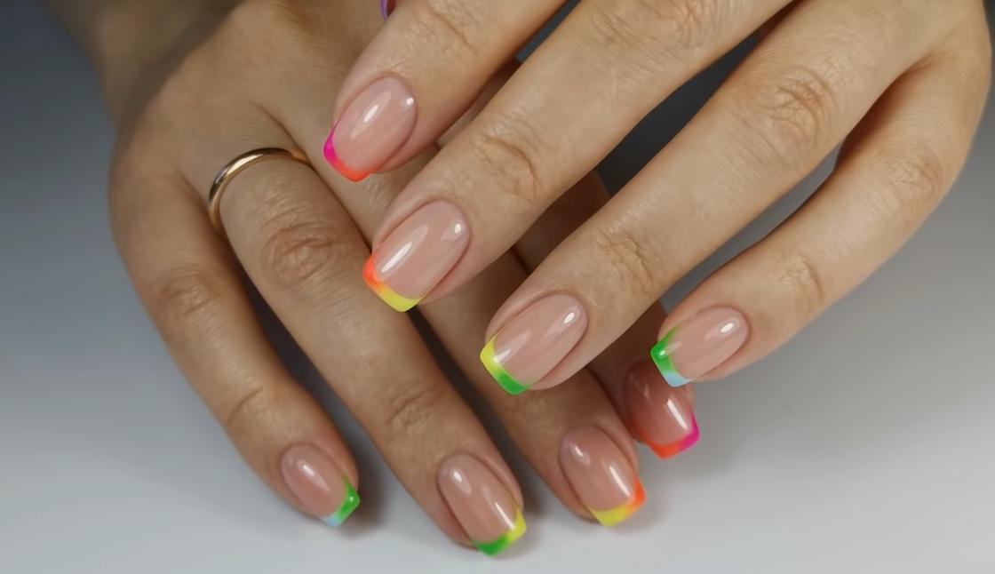 Цветной френч-омбре на квадратных ногтях