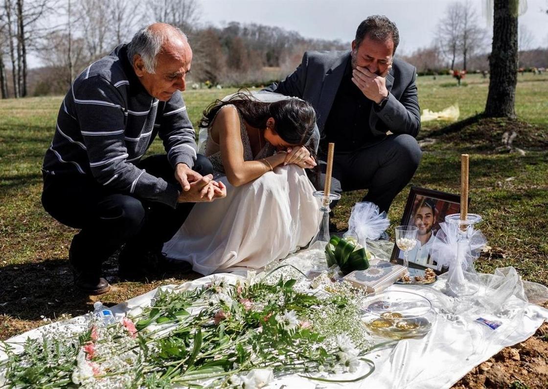 Душераздирающие кадры: невеста в свадебном платье плачет на могиле жениха