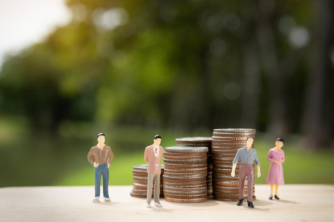 Фигурки людей на фоне монет