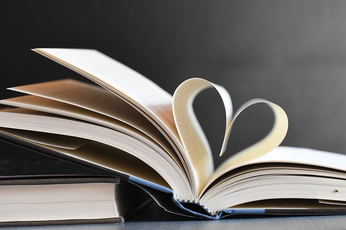Книга с раскрытыми в виде сердца страницами