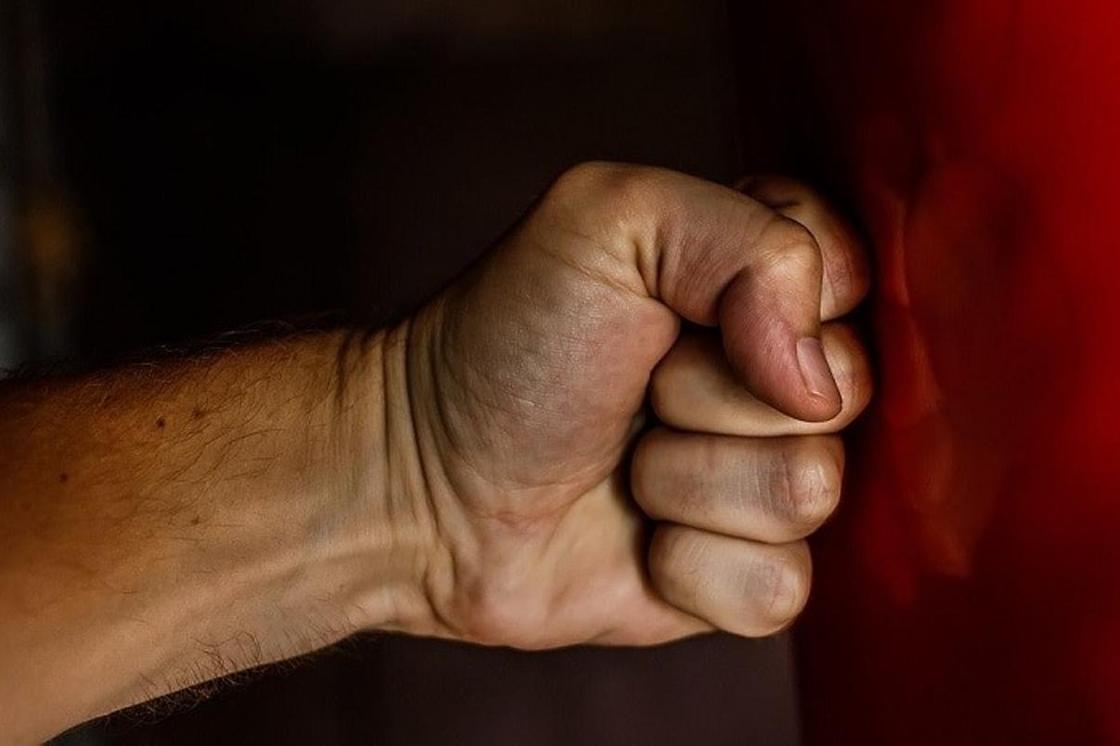 Пьяный мужчина до смерти избил трехлетнюю дочь