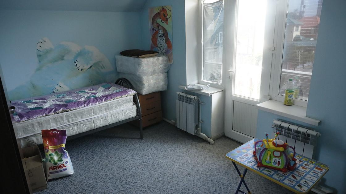 Кровать стоит в комнате