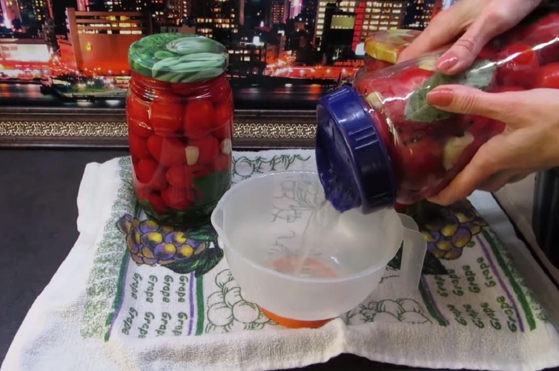 Слив маринада из банок с помидорами