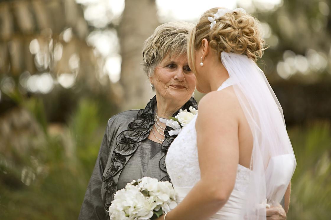 Бабушка и внучка-невеста