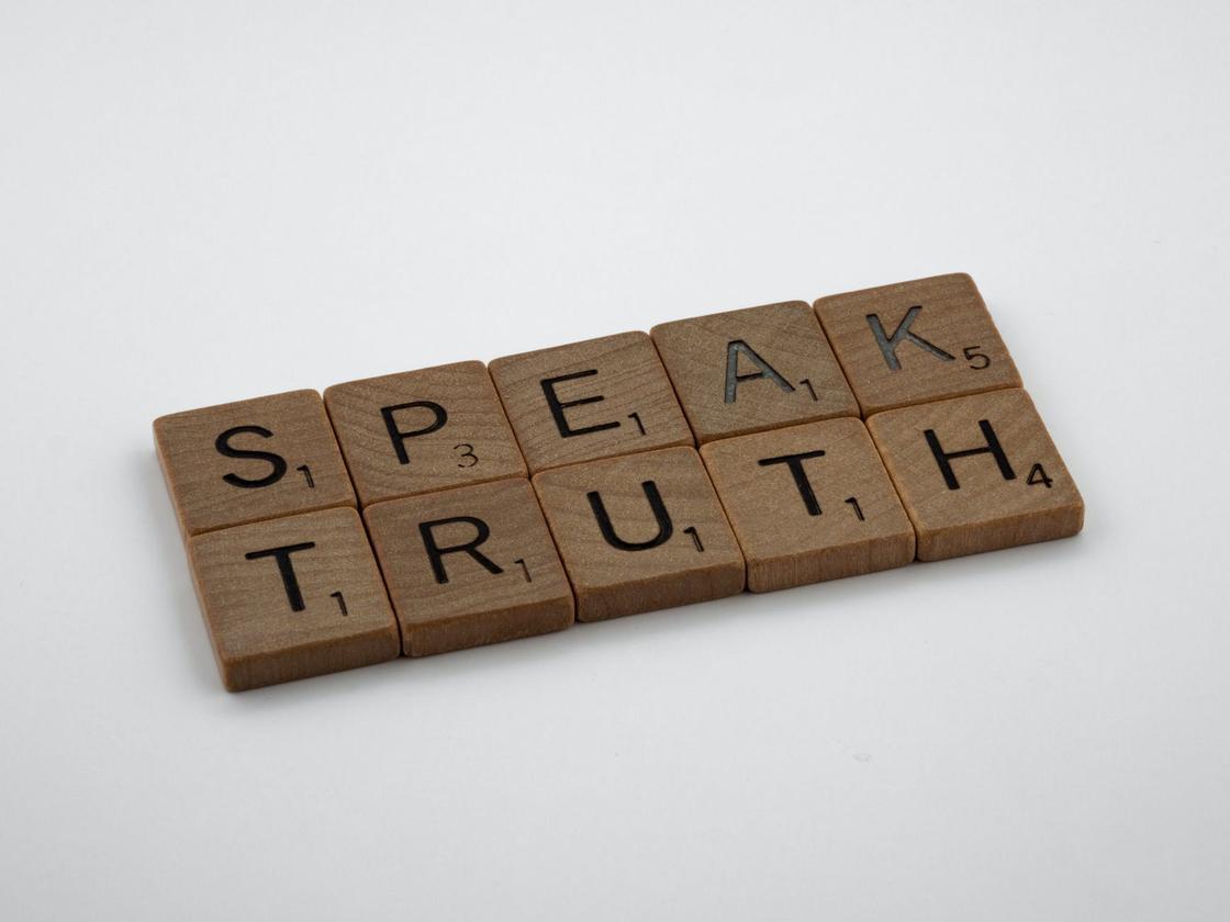 Надпись на английском языке «говори правду»