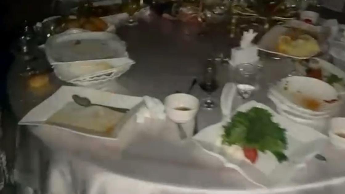 Стол накрыт в ресторане