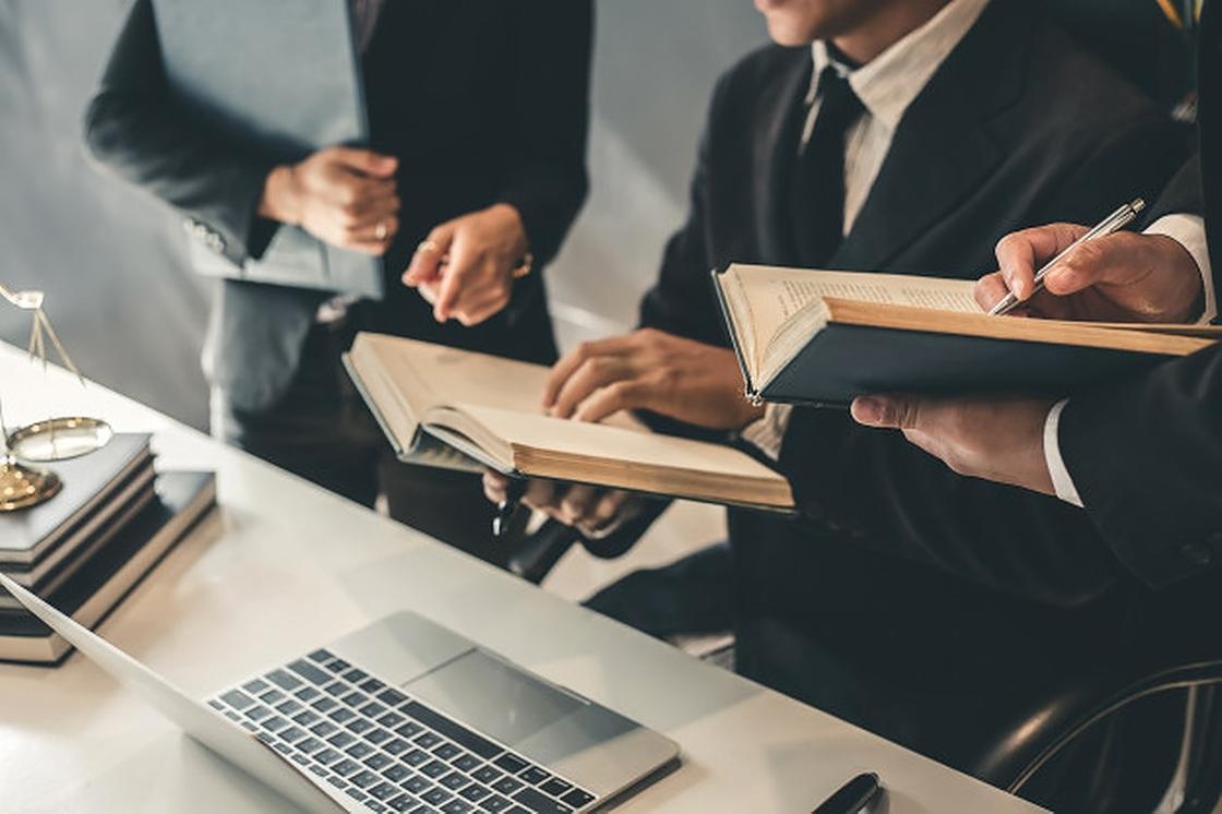Мужчины в блокнотами за офисным столом