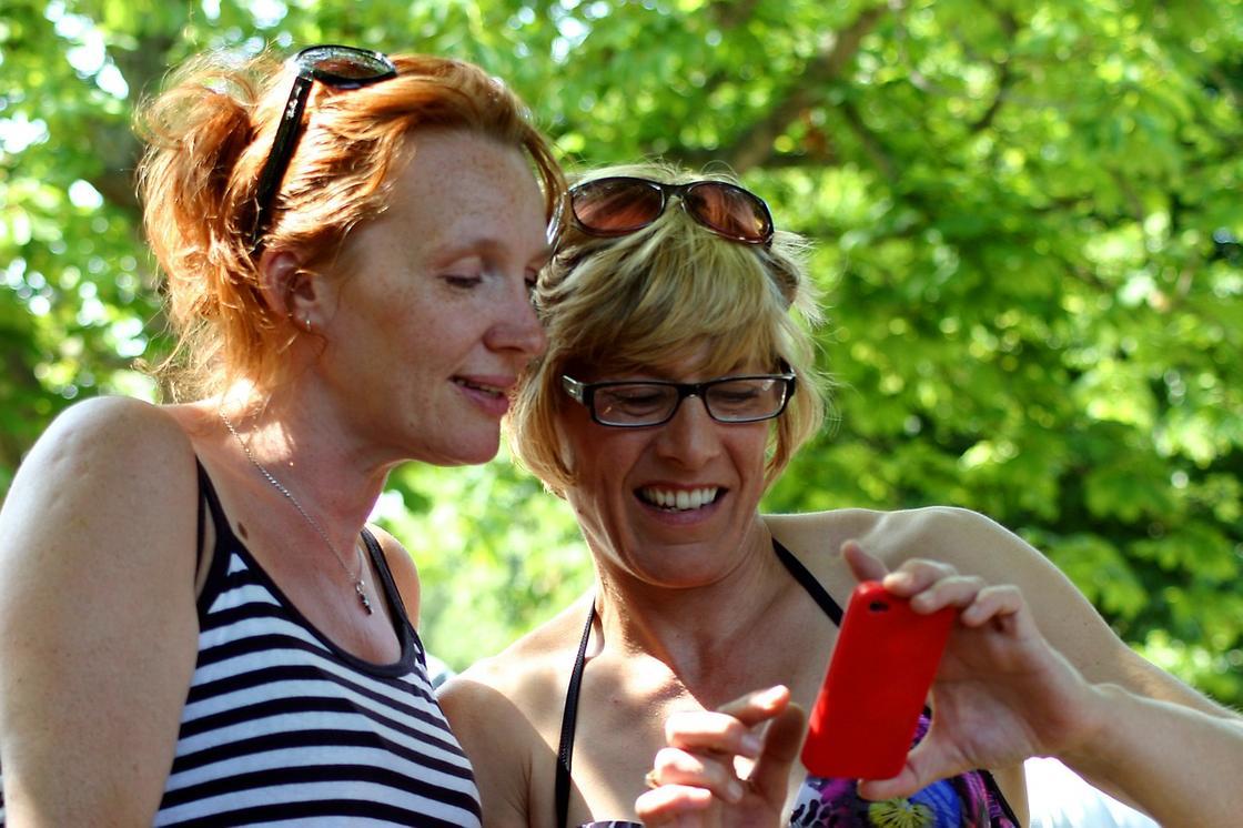 Женщины смотрят в экран телефона