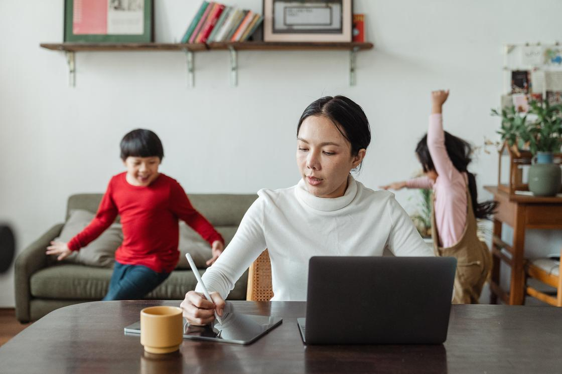 Женщина за ноутбуком, дети