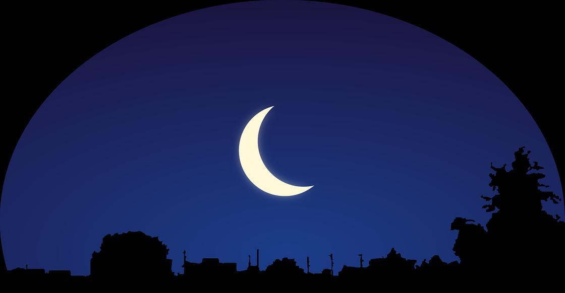 Убывающая Луна над городом