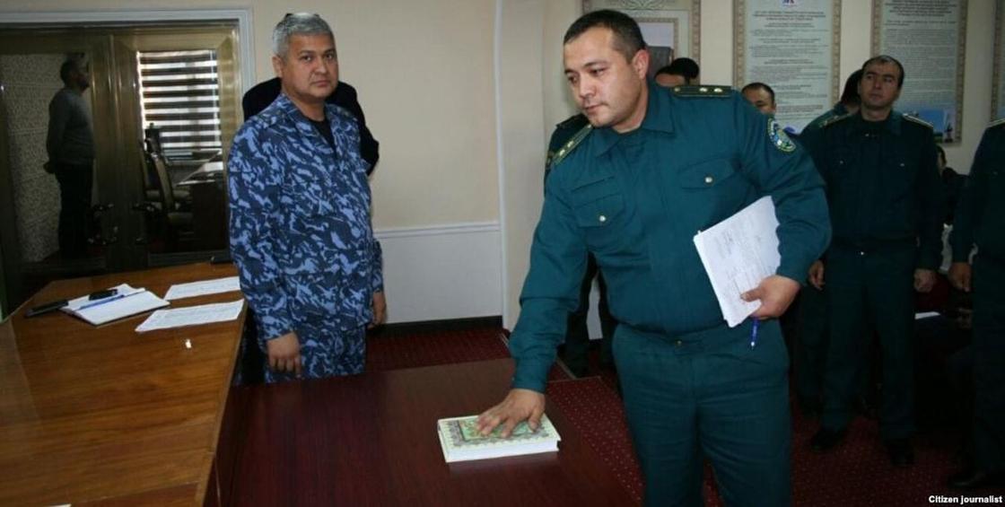 Узбекских милиционеров заставили на Коране поклясться не брать взятки (фото)