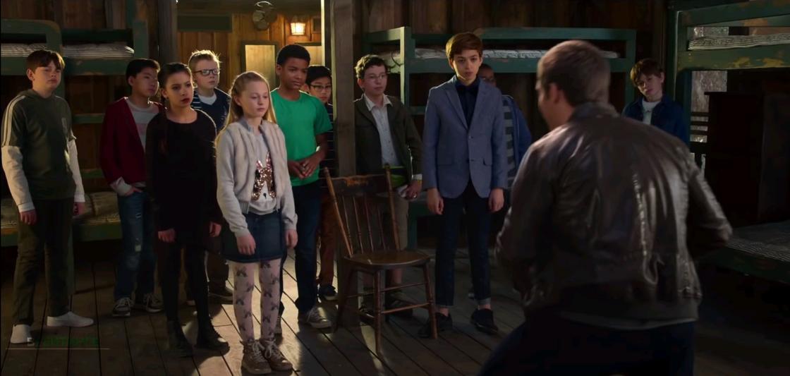 Кадр из фильма «Волшебный лагерь». Дети стоят перед мужчиной