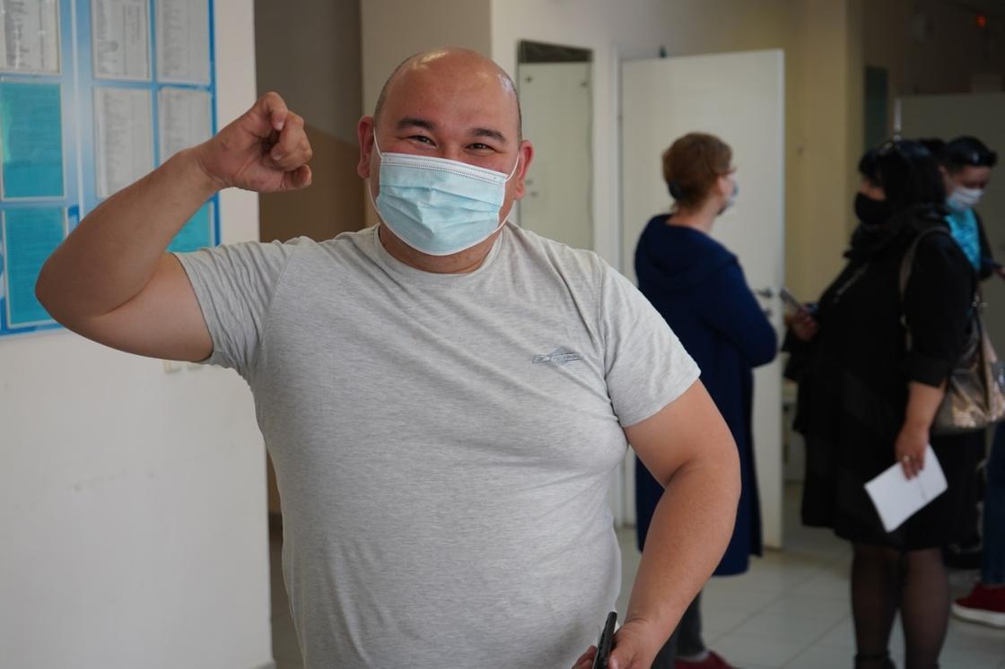 Мужчина сделал прививку
