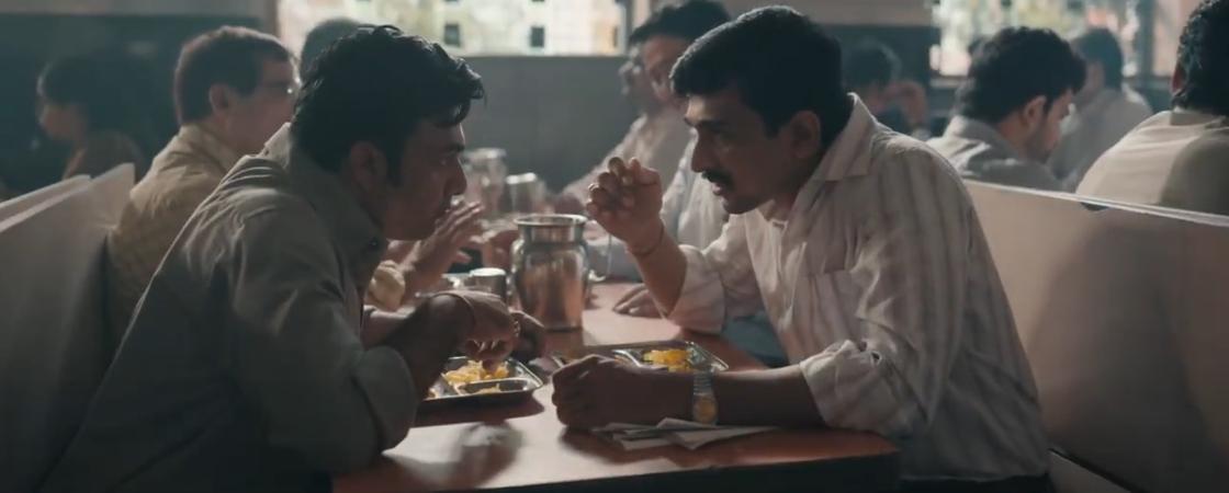 Двое мужчин сидят за столом