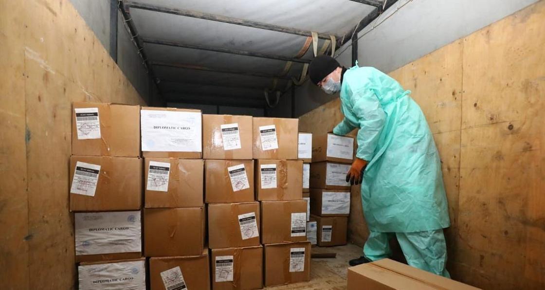 Ноутбуки для школьников и 100 тысяч масок прислали в помощь Казахстану из Польши