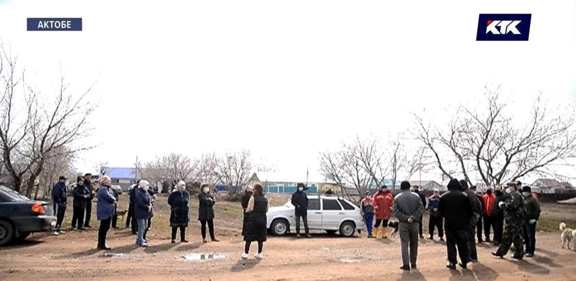 Жители пригорода Актобе требуют пропуска в город