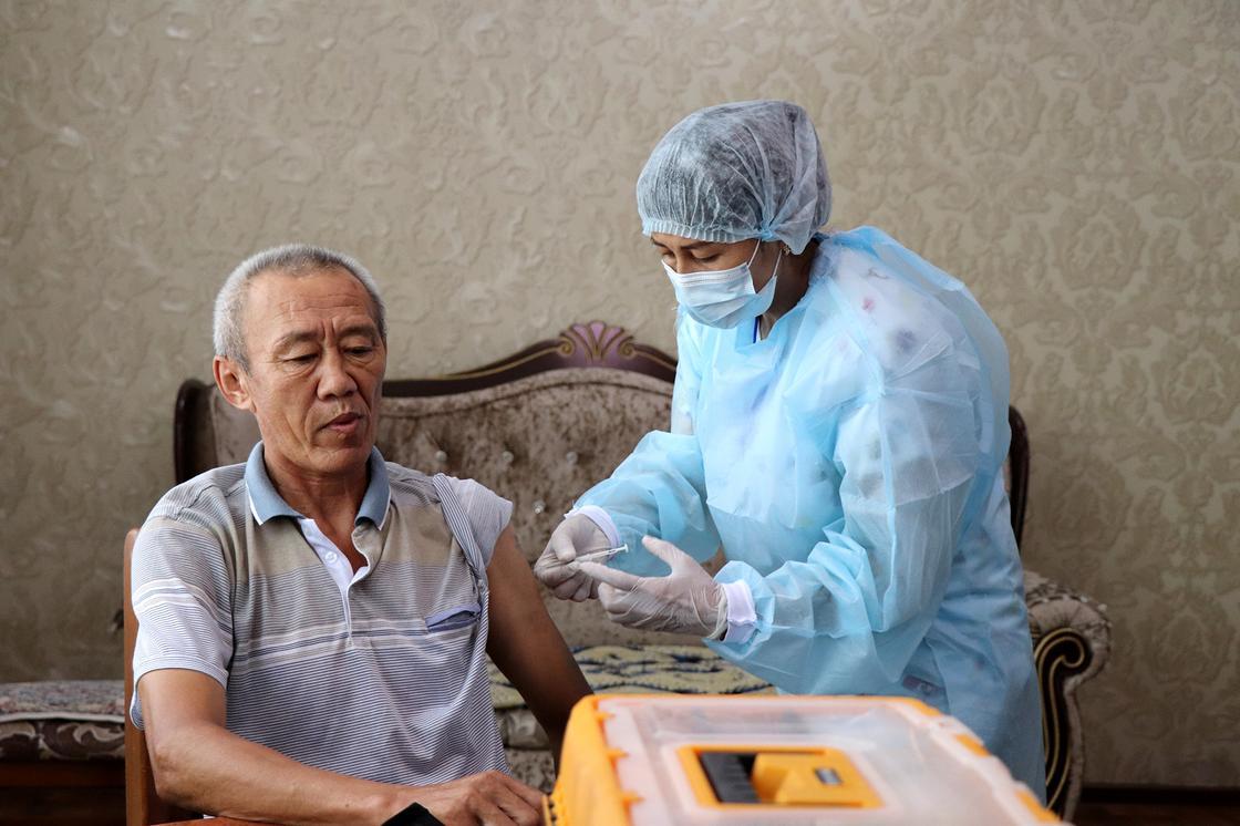 Мужчине делают вакцину