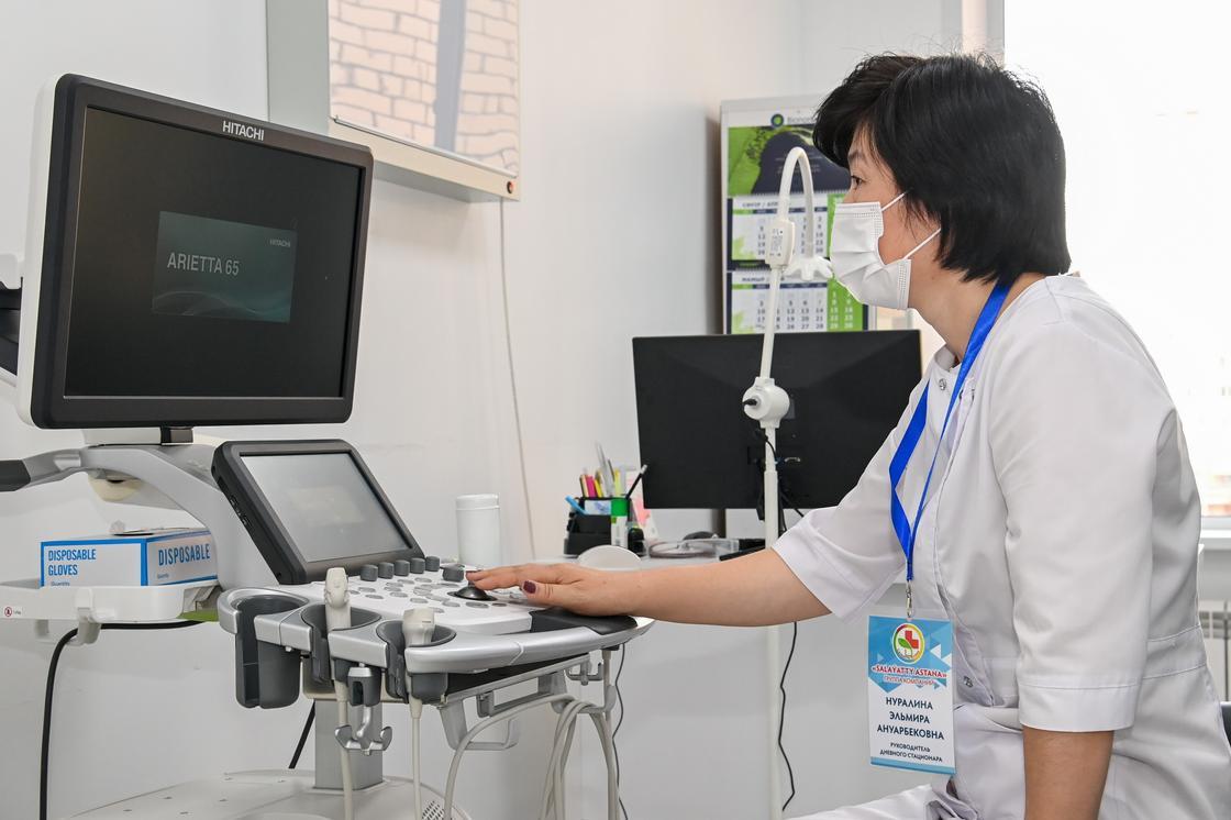 Медик работает с аппаратом УЗИ