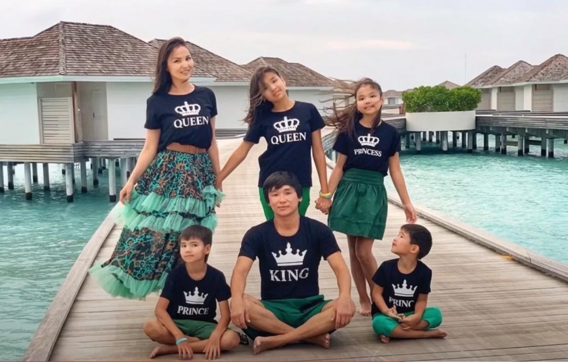 Кайрат Нуртас с женой и детьми