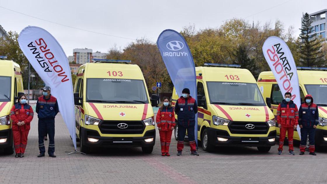 Автомобиль скорой помощи и бригада медиков