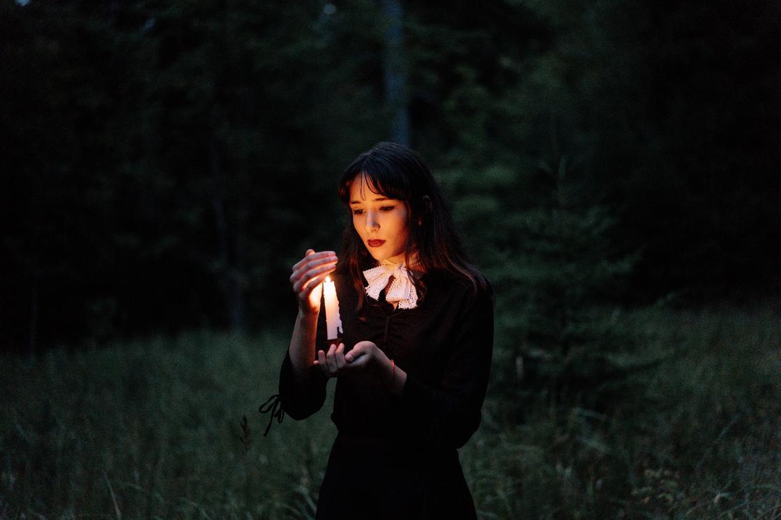 ведьма со свечой