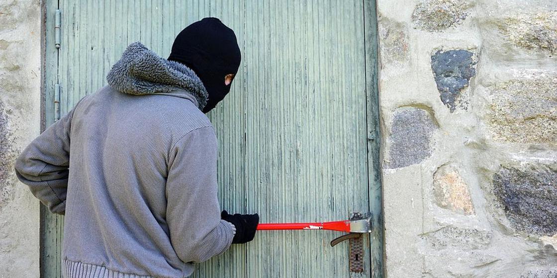Мужчина влез в дом к бывшей супруге и избил ее в Актобе
