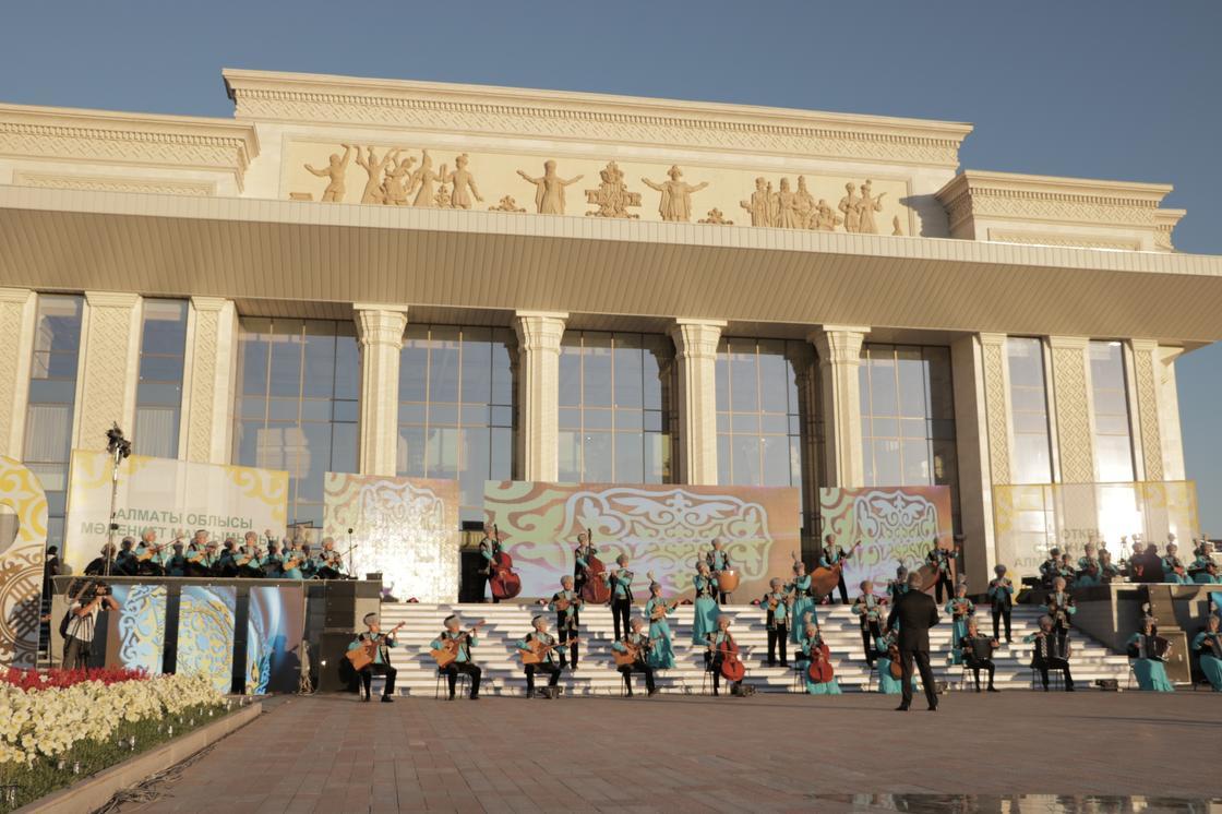 Ключи вручили многодетным матерям на открытии сезона культуры в Жетысу