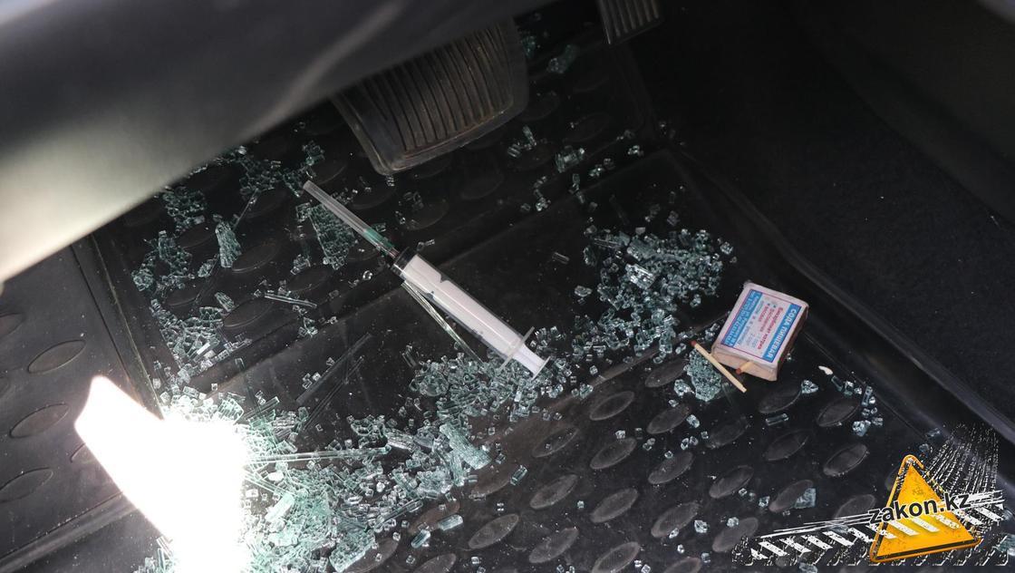 шприц лежит в машине
