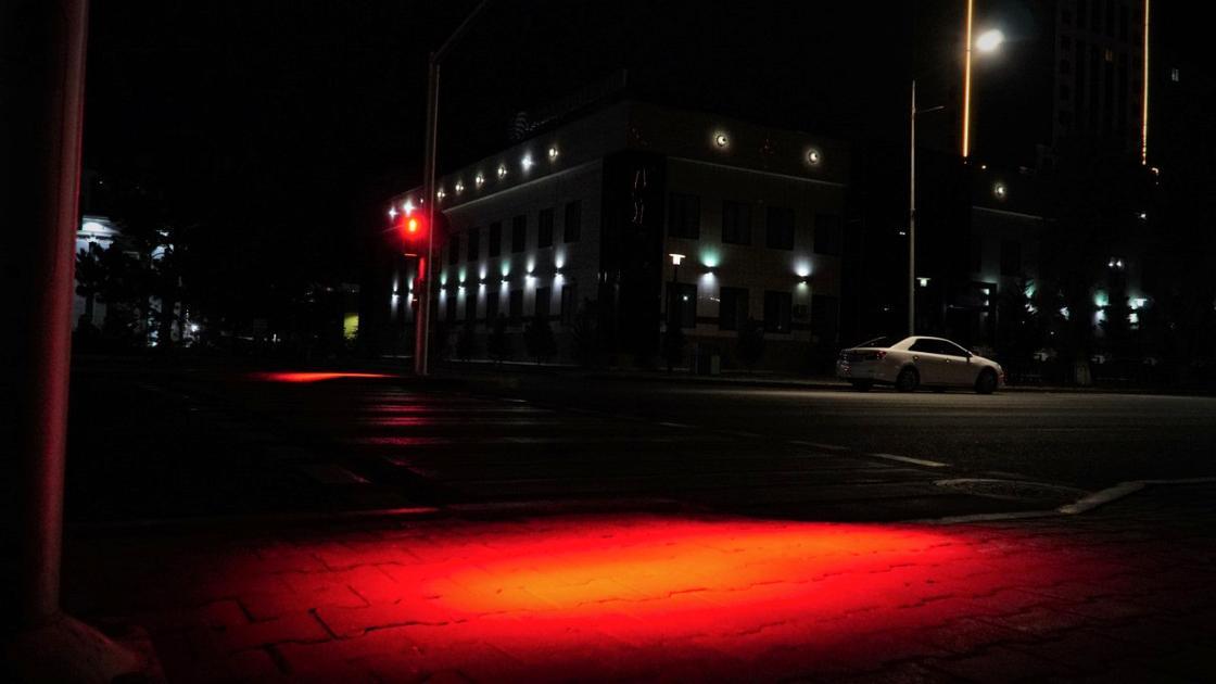 Светофорное освещение на одном из пешеходных переходов