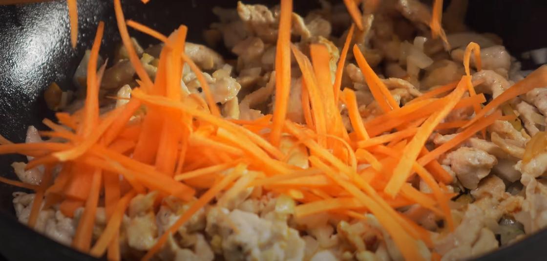 Обжаривание моркови для удона с курицей