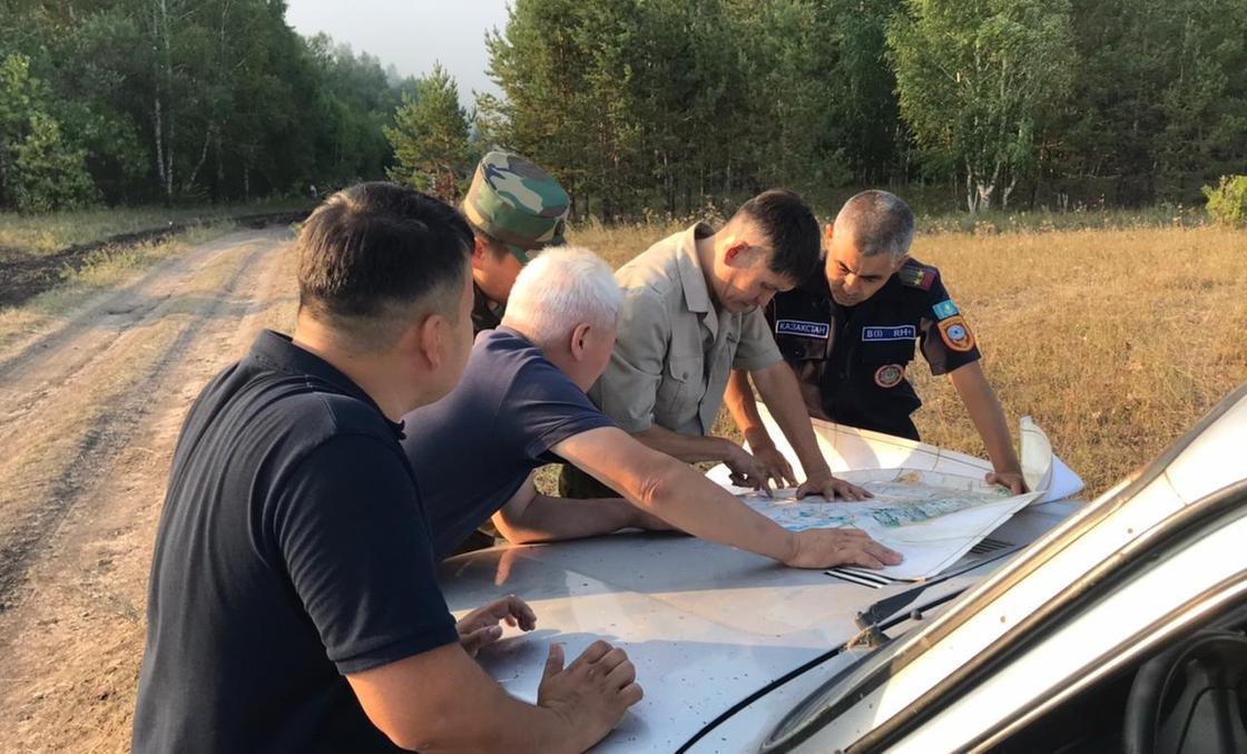 Сотрудники ДЧС работают на месте пожара
