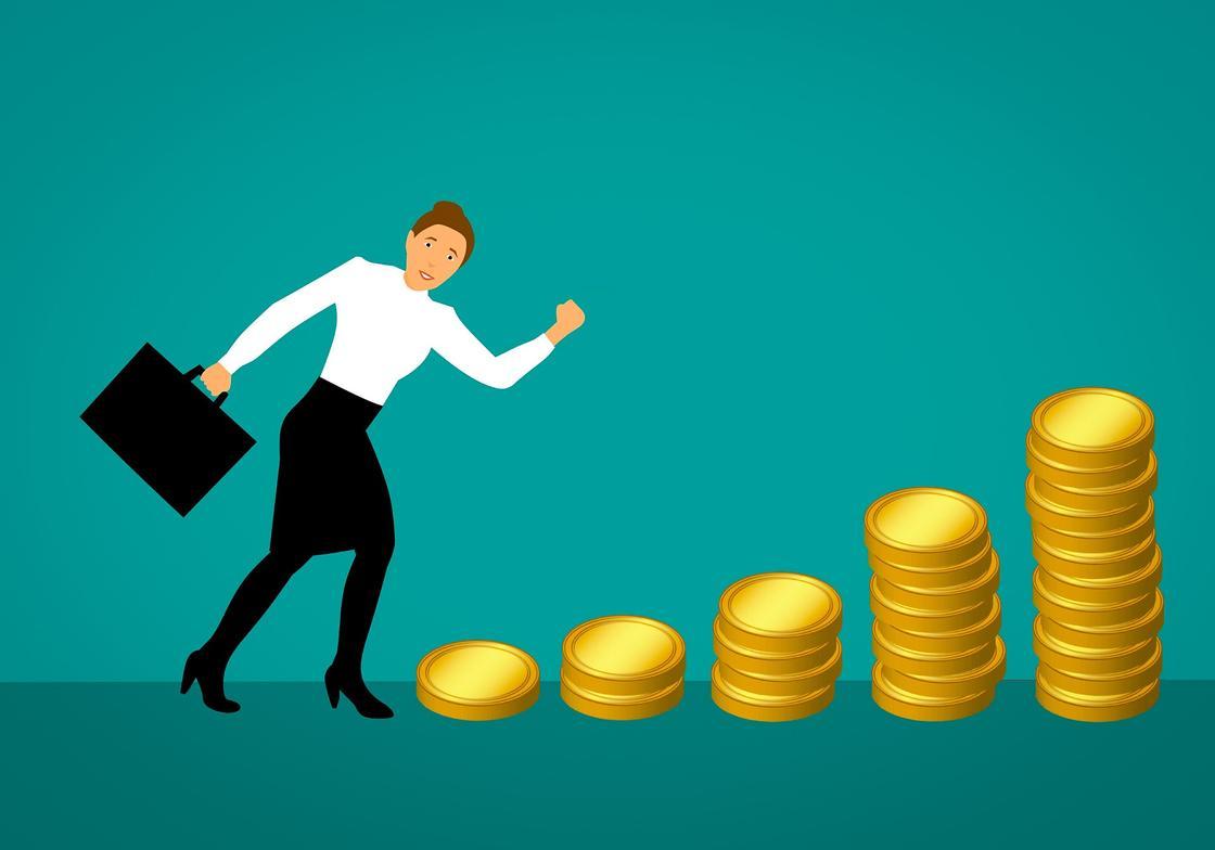Женщина направляется к ступеням из монет