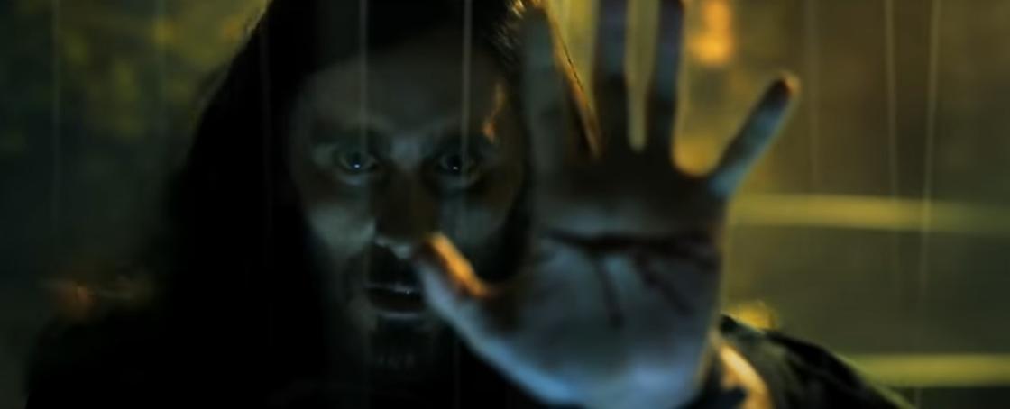 Кадр из фильма «Морбиус». Мужчина держит ладонь перед собой