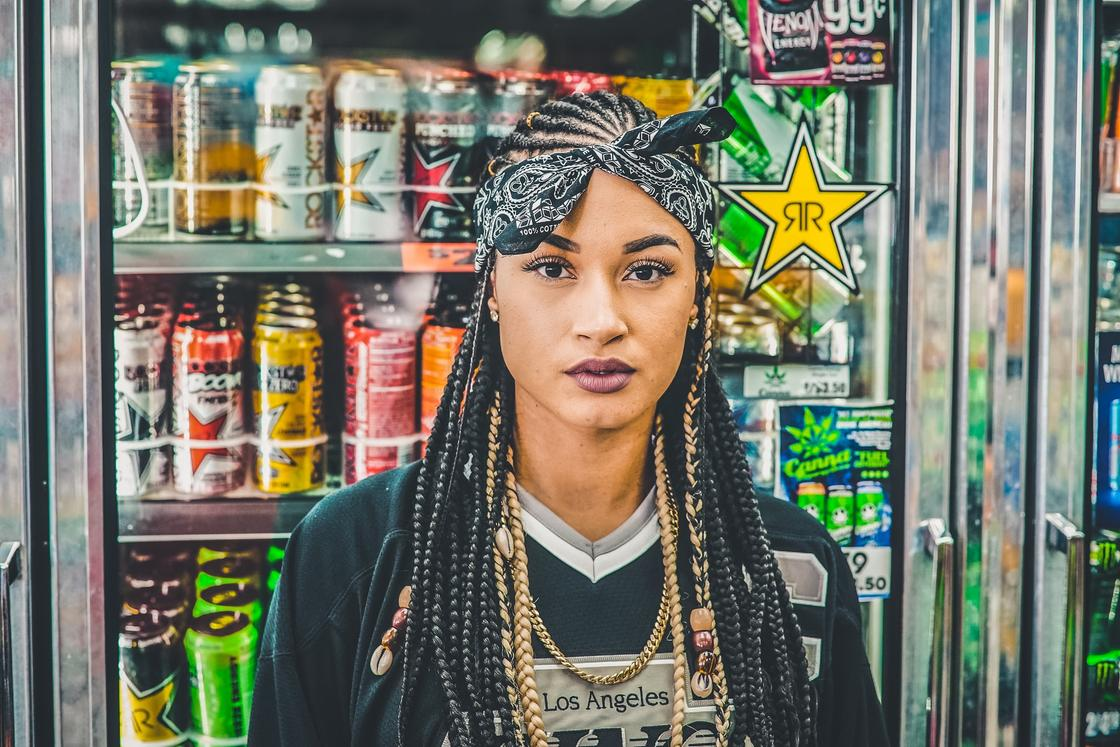 модная девушка с африканскими косичками